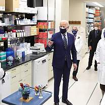 President Joe Biden visits NIH, meeting with leading researchers at the Vaccine Research Center
